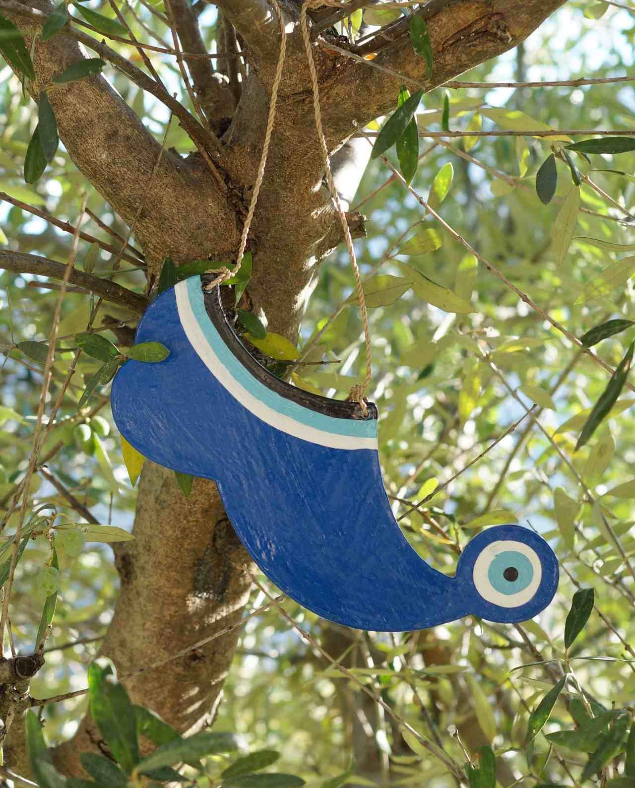 τσαρούχι μάτι μπλε ξύλινο χειροποίητο σε δέντρο ελιας
