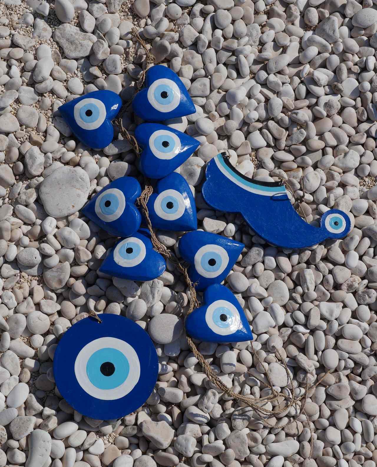 ματάκια μπλε ξύλινα χειροποίητα στην παραλία